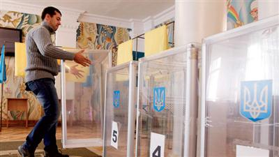 الأوكرانيون إلى صناديق الانتخابات وسط نزعات انفصالية وتحديات اقتصادية